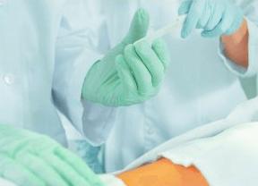В некоторых случаях, чтобы облегчить состояние больного с анальной трещиной требуется проведение операции.