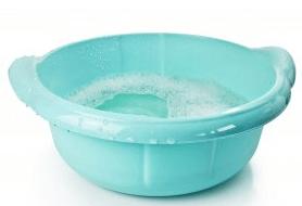 Сидячие ванночки позволяют ускорить заживление анальных трещин